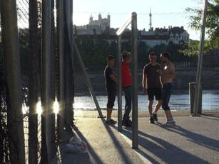 footballeurs sur les quais